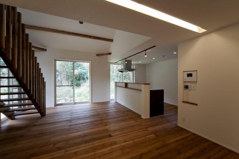 相生山緑地の景観をとりいれた自然と調和する山根の家