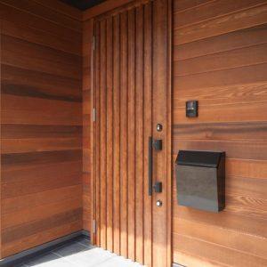 天然木を使った木貼りの外壁