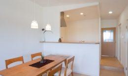 明るく開放的な対面キッチン