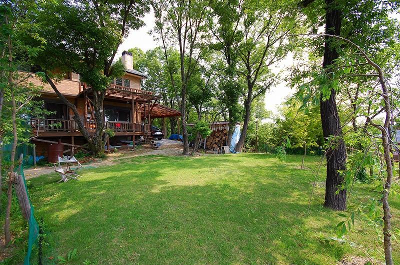 178.5坪の広大な敷地。庭園には美しい自然木があり毎日が森林浴の暮らしを実現