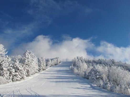 御嶽山を望むスキー場