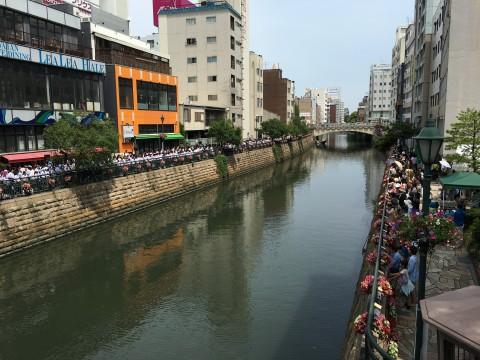 街のど真ん中で500人の合唱