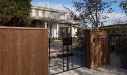 木製の門塀とアイアン門扉
